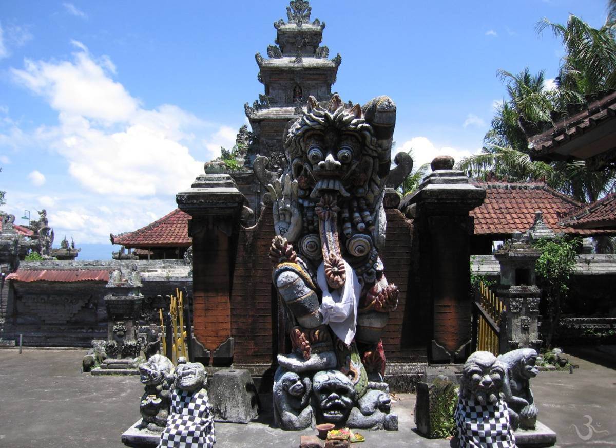 Aling-Aling (defense wall) with Rangda at Pura Dalem Babakan Ulunuma Gulingan Mengwi