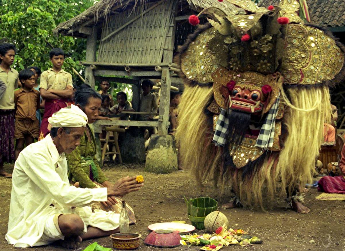 prayer before the Barong dance (at Pura Dalem Batubulan in the seventies)