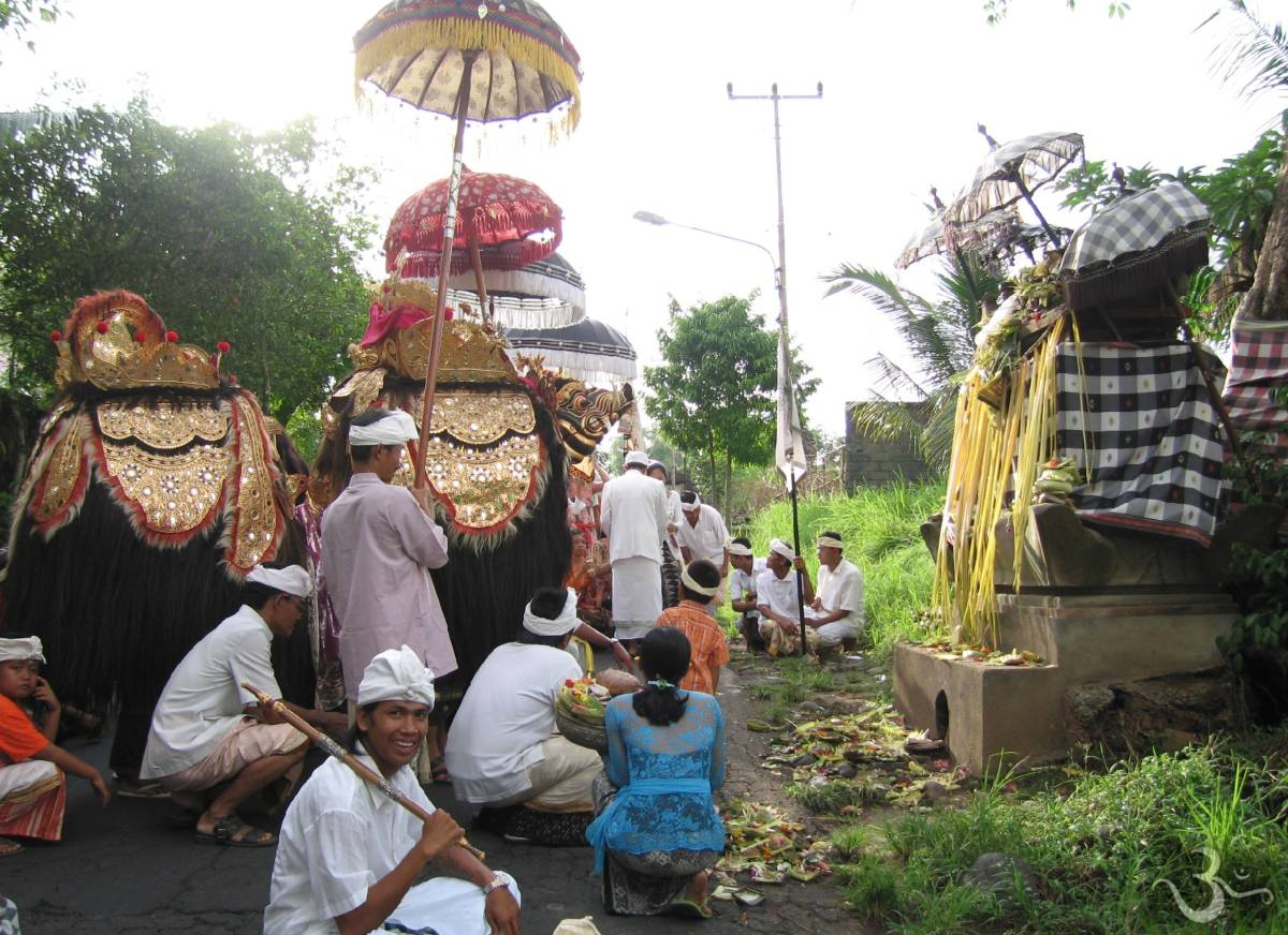 Upacara Melis - ceremony at the end of the Saka-year) with holy Barong at Singapadu