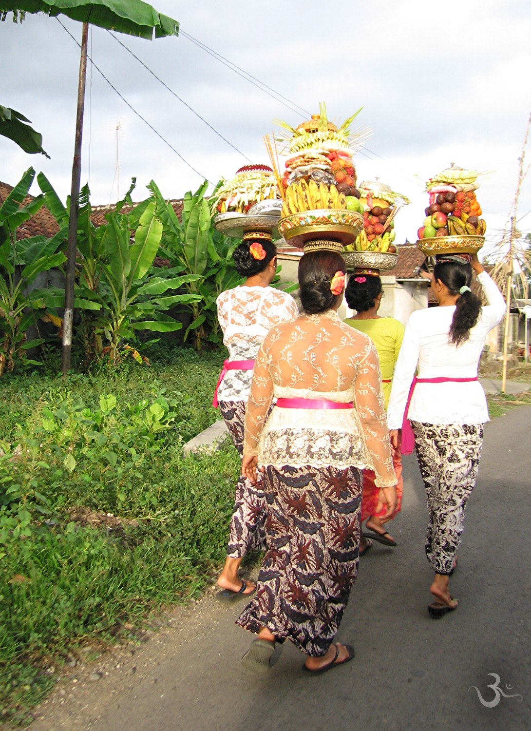 Balinese woman carry offerings to the temple Pura Dalem Sukawati (Odalan)