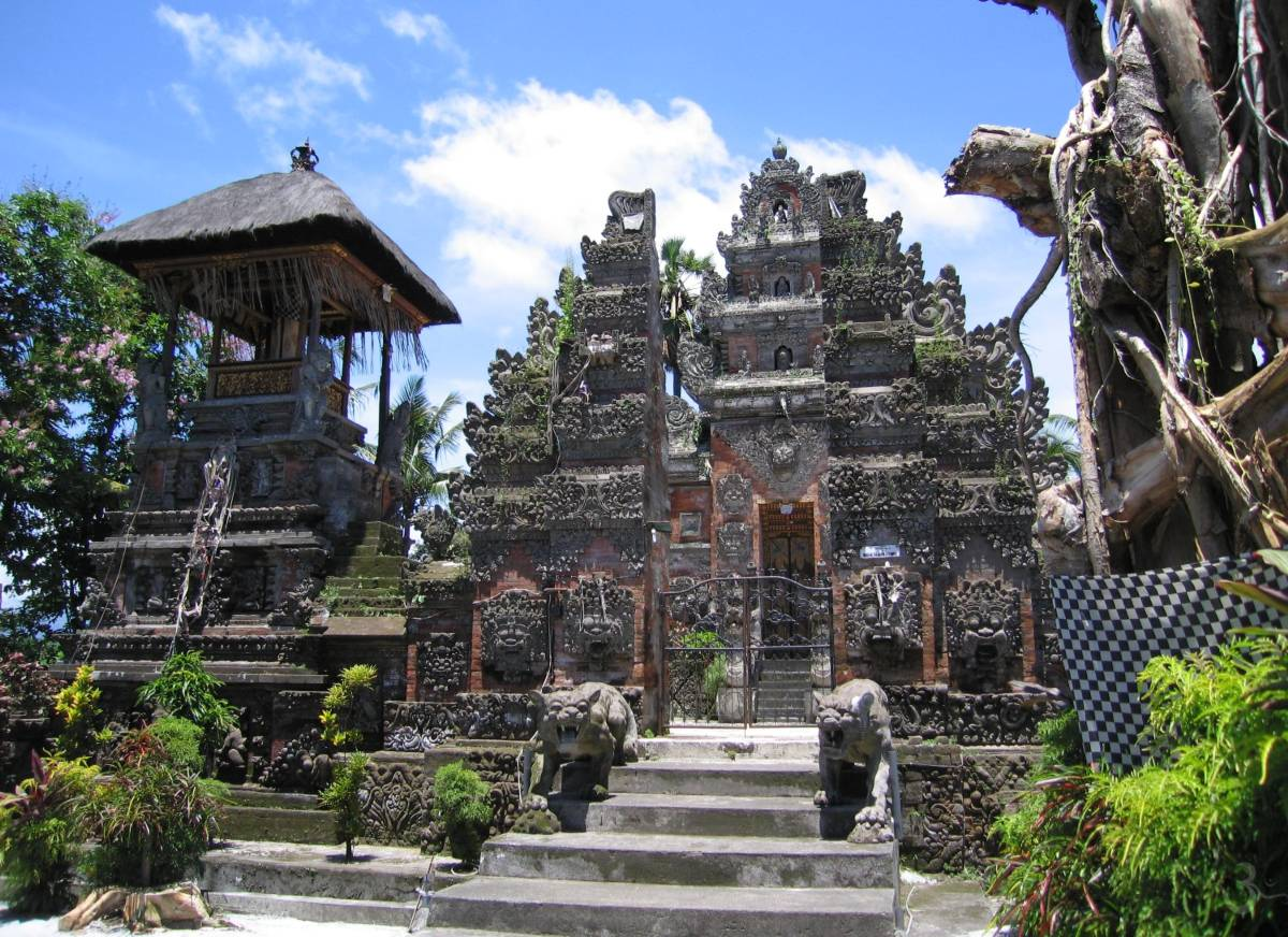 Pura Puncak Paruman Belayu Marga (Candi bentar and Candi Korung - split and closed gate - on left Kul-Kul drum tower)